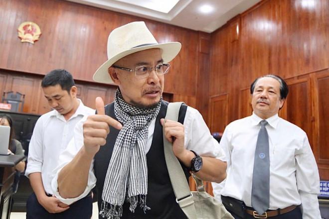 Ông Đặng Lê Nguyên Vũ ngồi lặng cả phút sau khi tòa tuyên án-1