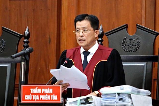 Ông Đặng Lê Nguyên Vũ ngồi lặng cả phút sau khi tòa tuyên án-2
