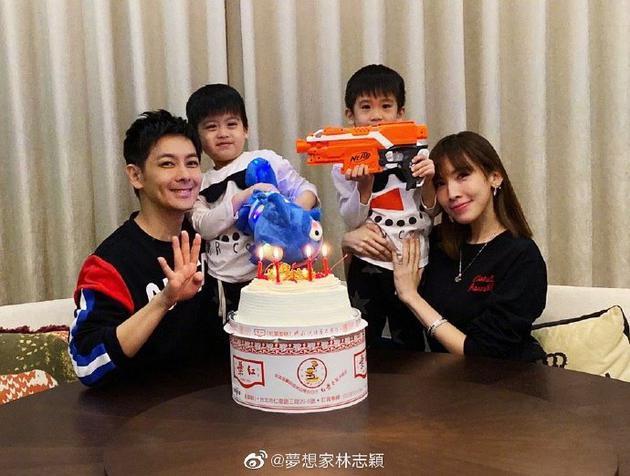Đăng ảnh mừng sinh nhật con trai, Lâm Chí Dĩnh lại gây sốt vì quá trẻ ở tuổi U50-2