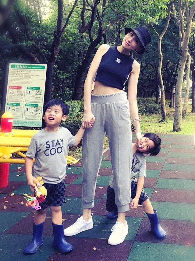 Đăng ảnh mừng sinh nhật con trai, Lâm Chí Dĩnh lại gây sốt vì quá trẻ ở tuổi U50-4
