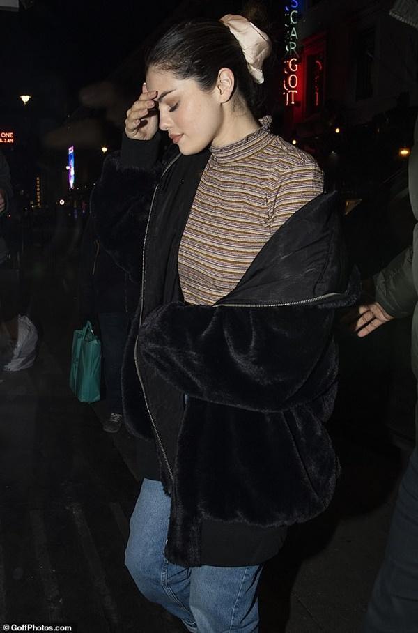 Selena Gomez buồn bã, liên tục che mặt ra phố sau khi bị chê hát dở-4