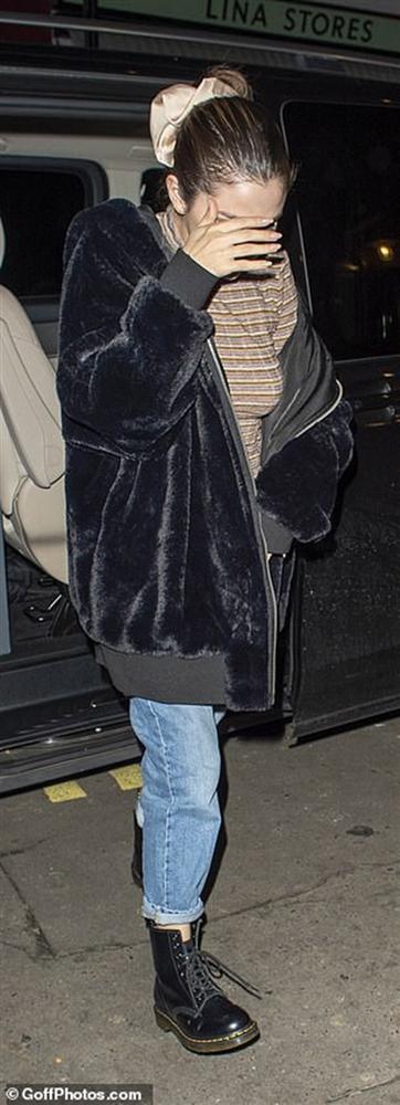 Selena Gomez buồn bã, liên tục che mặt ra phố sau khi bị chê hát dở-5