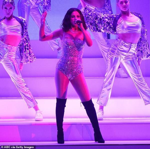 Selena Gomez buồn bã, liên tục che mặt ra phố sau khi bị chê hát dở-7