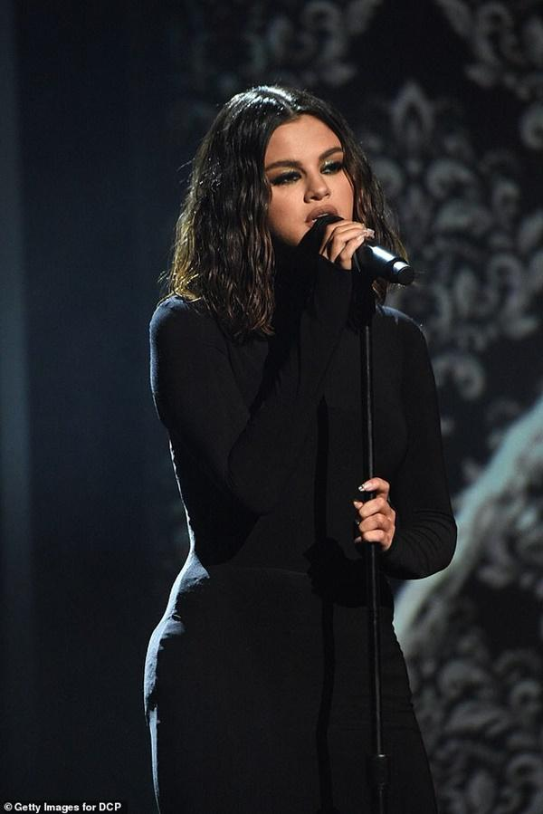 Selena Gomez buồn bã, liên tục che mặt ra phố sau khi bị chê hát dở-8
