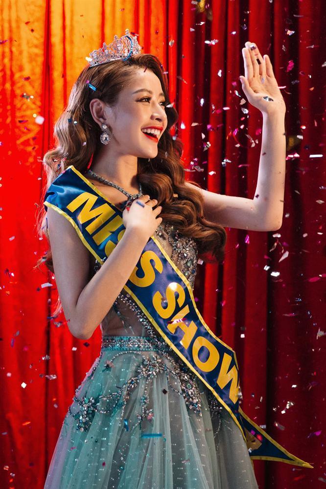 Chi Pu thỏa lòng làm hoa hậu khi được Ngọc Trinh trao vương miện Miss Showbiz-1
