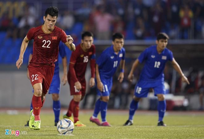 Ghi 2 bàn thắng, khoảnh khắc Tiến Linh đau đớn nằm sân vì bị chơi xấu làm fans xót xa-2