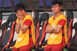 Xuất hiện hình ảnh Quang Hải ngồi ghế dự bị, ôm mặt đau đớn khi nhìn đồng đội bị Thái Lan dẫn bàn