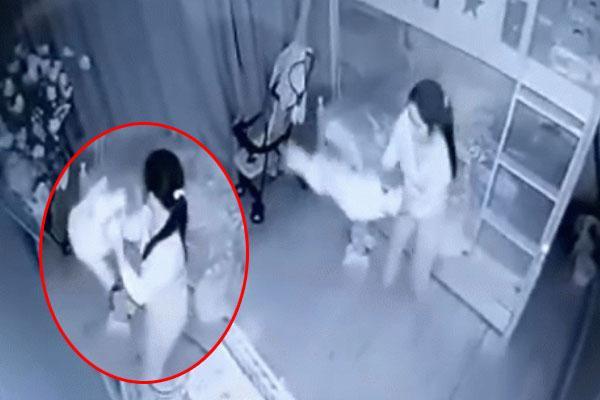 Clip: Sôi máu người giúp việc cầm chân bé 14 tháng tuổi dốc ngược lắc lấy lắc để ở Nghệ An-1