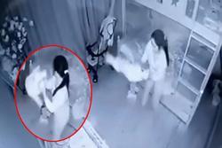 Clip: Sôi máu người giúp việc cầm chân bé 14 tháng tuổi dốc ngược lắc lấy lắc để ở Nghệ An