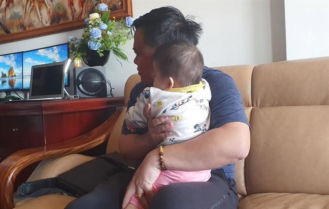 Vụ giúp việc dốc ngược bé 14 tháng tuổi lên lắc mạnh: Người mẹ chết lặng khi xem camera, bố run rẩy sợ không kìm chế được-2