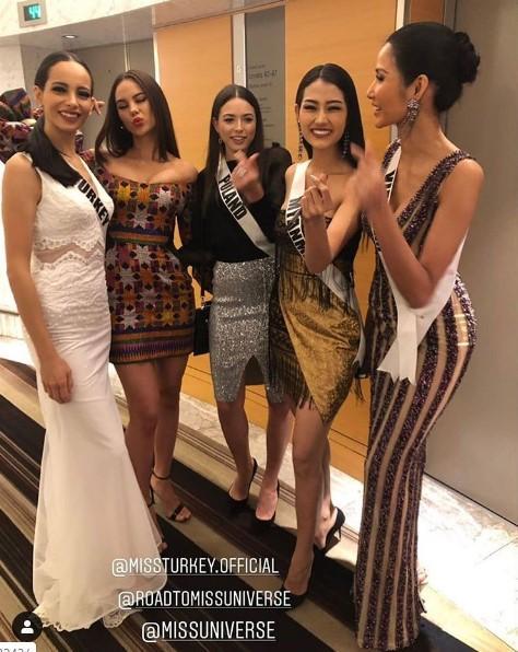 Miss Universe 2019 ngày thứ 8: Hoàng Thùy thay tới 4 bộ đồ mà vẫn có người chịu chơi không kém-1
