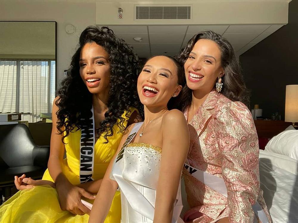 Miss Universe 2019 ngày thứ 8: Hoàng Thùy thay tới 4 bộ đồ mà vẫn có người chịu chơi không kém-17
