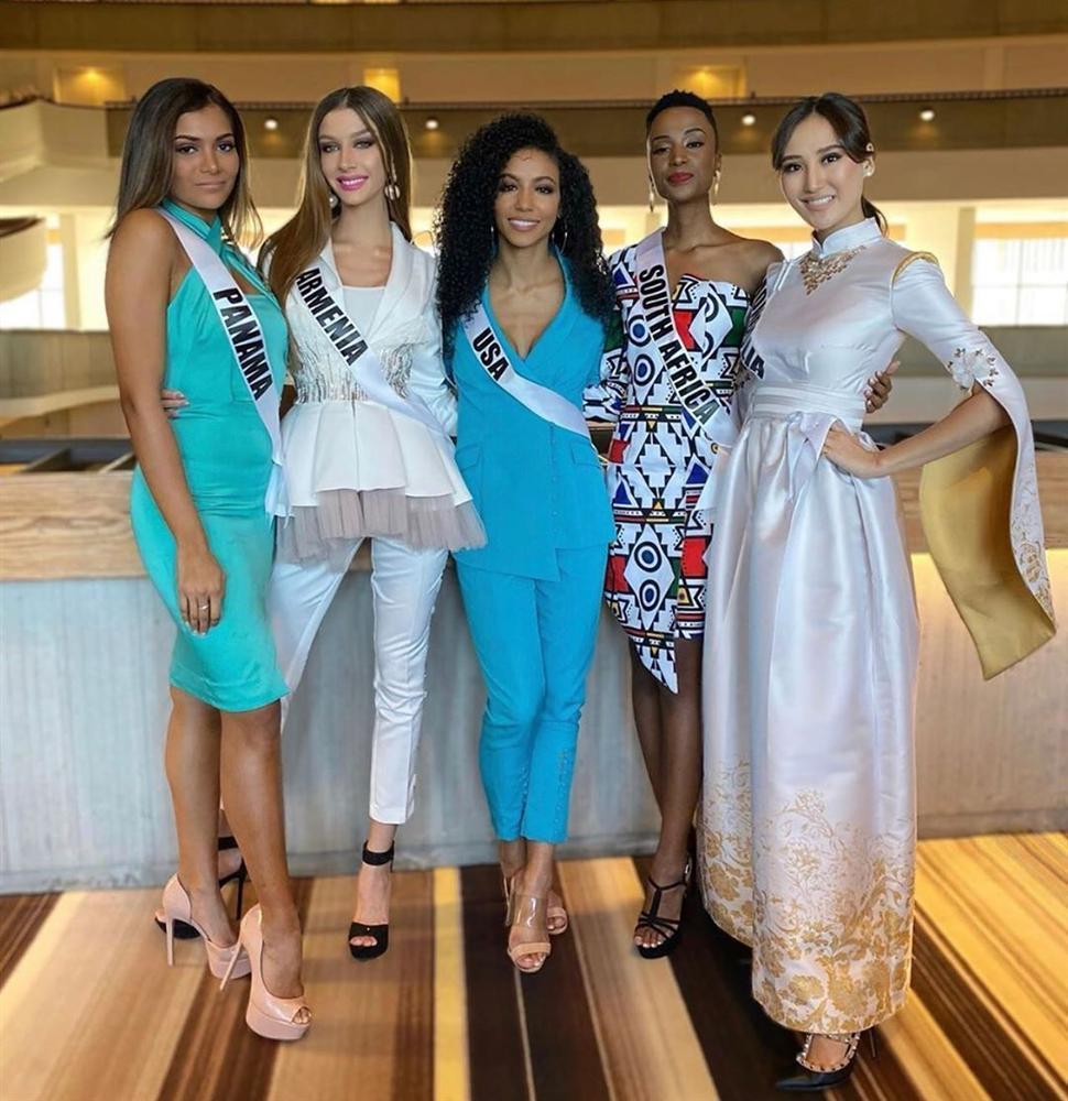 Miss Universe 2019 ngày thứ 8: Hoàng Thùy thay tới 4 bộ đồ mà vẫn có người chịu chơi không kém-18