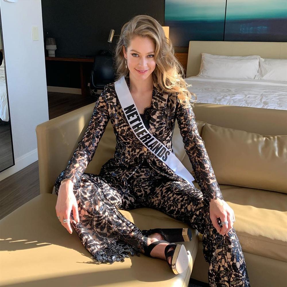 Miss Universe 2019 ngày thứ 8: Hoàng Thùy thay tới 4 bộ đồ mà vẫn có người chịu chơi không kém-15