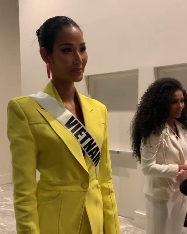 Miss Universe 2019 ngày thứ 8: Hoàng Thùy thay tới 4 bộ đồ mà vẫn có người chịu chơi không kém-3