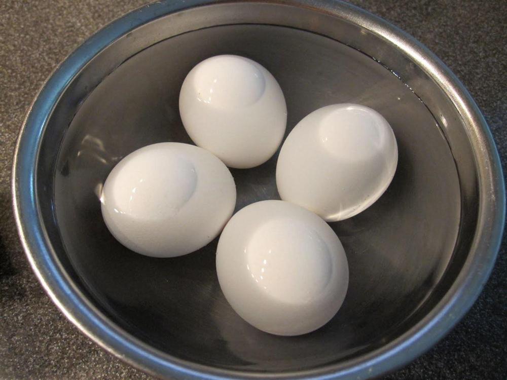 Thêm một bước đơn giản, trứng luộc xong sẽ mềm ngon, bóc vỏ dễ như trở bàn tay-1