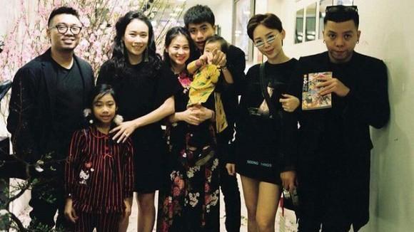 Hình ảnh Tóc Tiên thân thiết chụp ảnh cùng gia đình bạn trai Hoàng Touliver gây chú ý-1