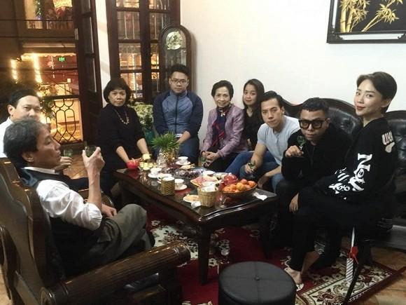 Hình ảnh Tóc Tiên thân thiết chụp ảnh cùng gia đình bạn trai Hoàng Touliver gây chú ý-2