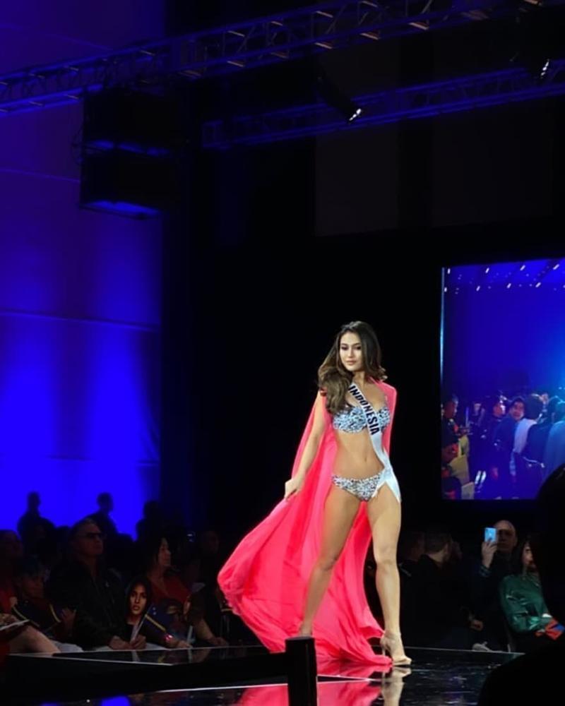 Hoàng Thùy thi bán kết Miss Universe 2019: Chào sân ấn tượng, diễn bikini an toàn, bùng nổ với dạ hội-14