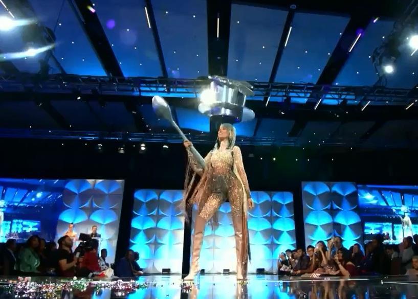 Hoàng Thùy chính thức trình diễn trang phục dân tộc Cafe phin sữa đá tại Miss Universe 2019-4
