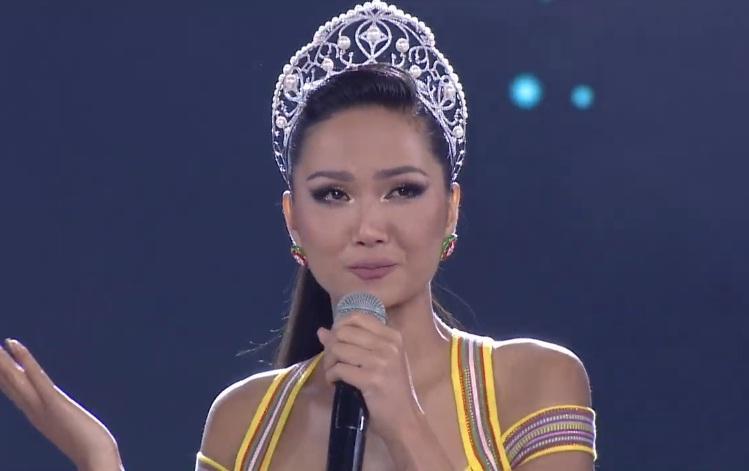 Đương kim hoa hậu HHen Niê xuất hiện trên sân khấu giao lưu-3