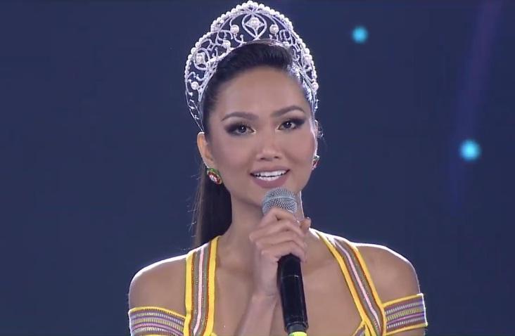 Đương kim hoa hậu HHen Niê xuất hiện trên sân khấu giao lưu-2