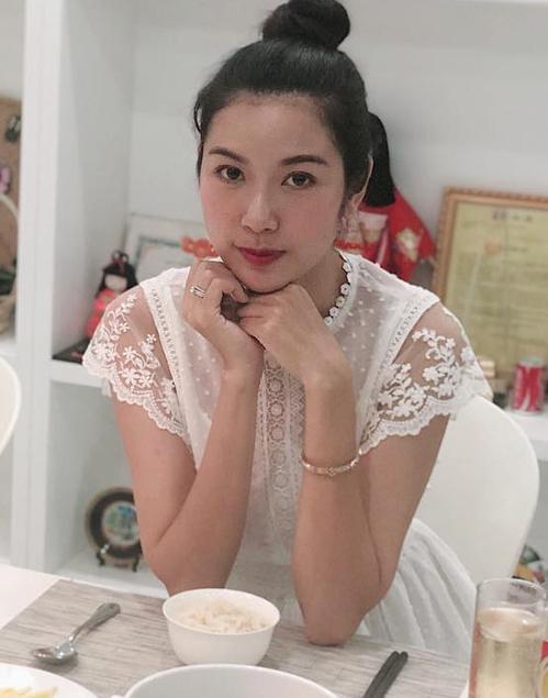 Nhan sắc ít son phấn của top 3 Hoa hậu Hoàn vũ Việt Nam-10