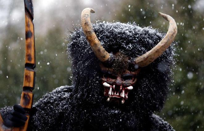 'Quỷ đen' xuất hiện trước Giáng sinh, gõ cửa từng nhà ở Séc-1
