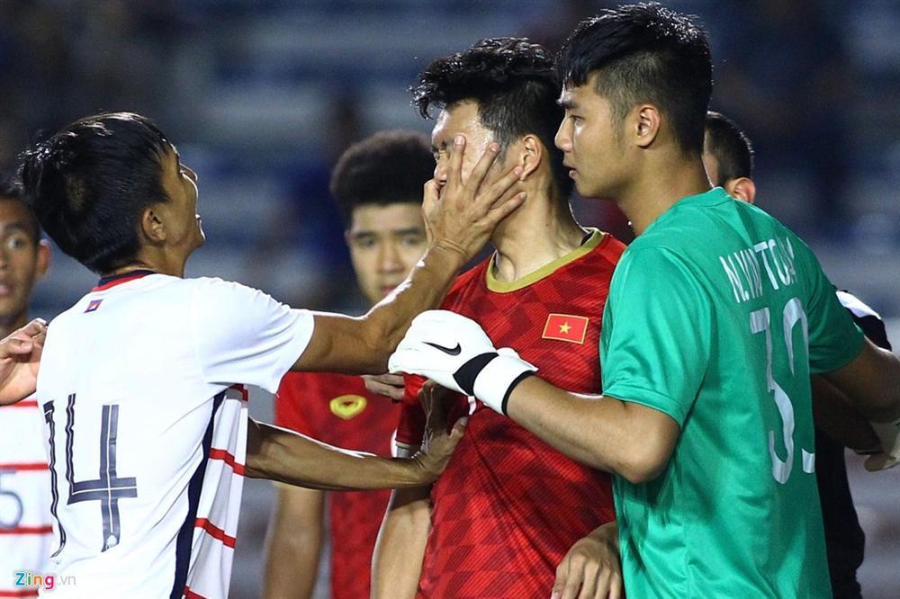 Lại lan truyền khoảnh khắc Văn Hậu dùng công phu kẹp cổ cầu thủ Campuchia để bảo vệ Thành Chung-1