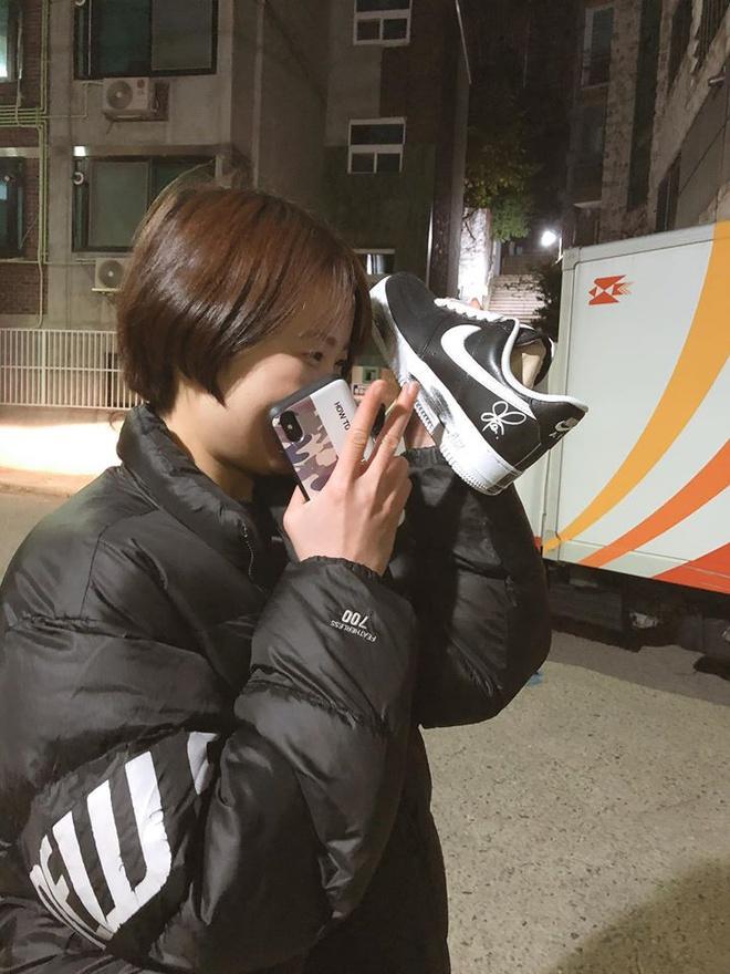 Đôi giày hoa cúc của G-Dragon hiện có giá lên tới 500 triệu đồng?-7