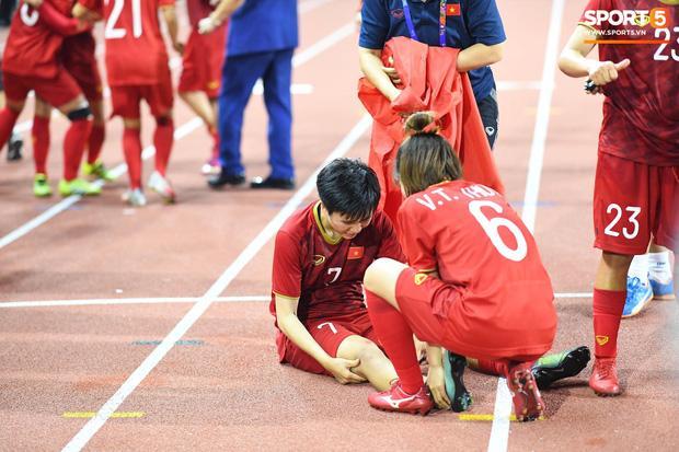 Giật HCV sau 120 phút cân não, tuyển nữ Việt Nam người nhờ bác sĩ cõng, người nằm vật ra sân vì kiệt sức-2
