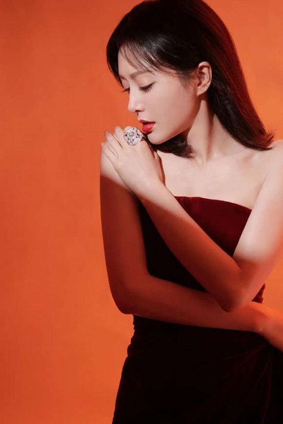 Bất chấp tiết trời giá lạnh, Phú Sát Hoàng hậu Tần Lam vẫn gợi cảm hết nấc-2