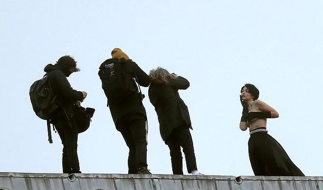 Gigi Hadid đội tóc giả, chụp ảnh bán khỏa thân giữa trời lạnh-1