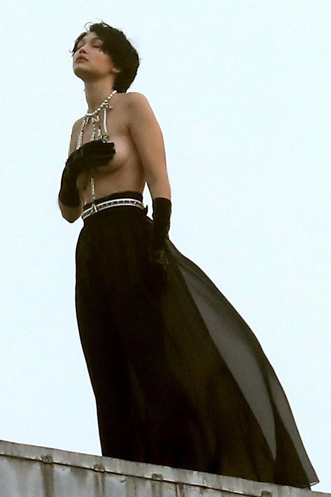 Gigi Hadid đội tóc giả, chụp ảnh bán khỏa thân giữa trời lạnh-3