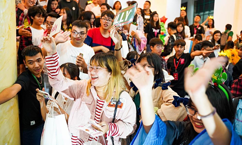 Fan nhóm nhạc SGO48 Việt Nam: Bao cả tầng lầu để được đập tay thần tượng, cuồng không kém fan Kpop-9