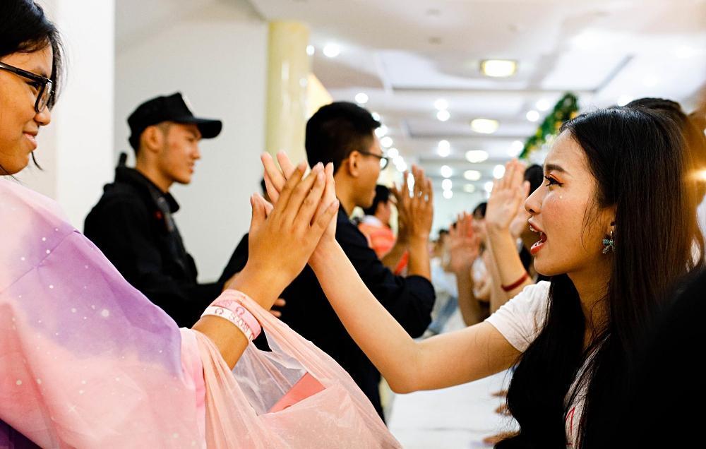 Fan nhóm nhạc SGO48 Việt Nam: Bao cả tầng lầu để được đập tay thần tượng, cuồng không kém fan Kpop-8