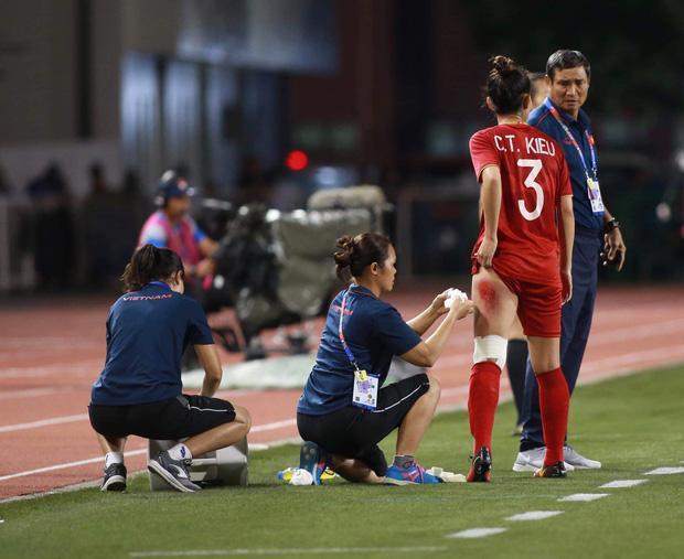 Vết thương đau rớm máu đến không ngủ được sau trận thắng Thái Lan, cầu thủ nữ tuyển Việt Nam làm fans xót xa-1