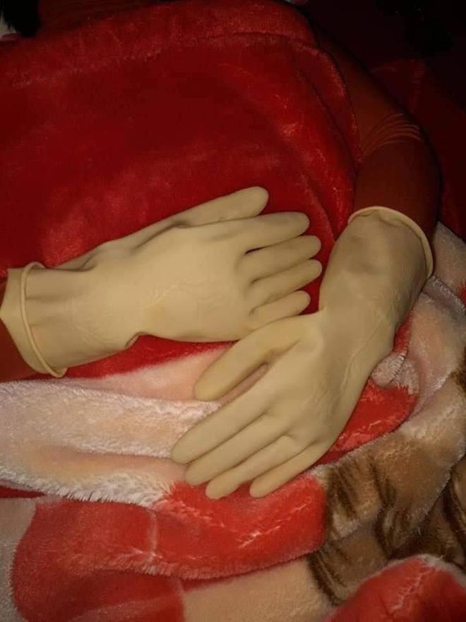 Người phụ nữ phải đeo găng tay cao su đi ngủ vì 1 lý do, nhìn vừa thương vừa buồn cười-1