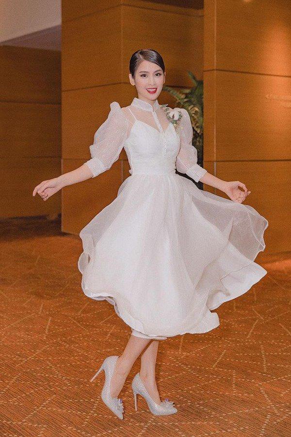 Mẹ suốt ngày diện váy điệu thế này, bảo sao con gái Tú Vi lúc nào cũng như công chúa-1