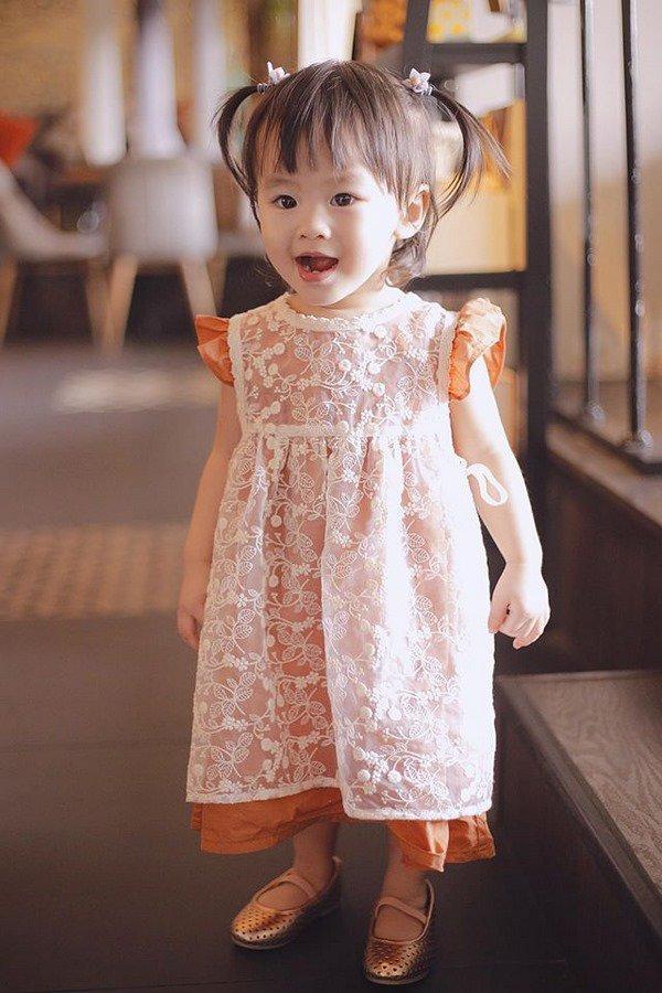 tu-vi-6 Mẹ suốt ngày diện váy điệu, con gái Tú Vi lúc nào cũng như công chúa
