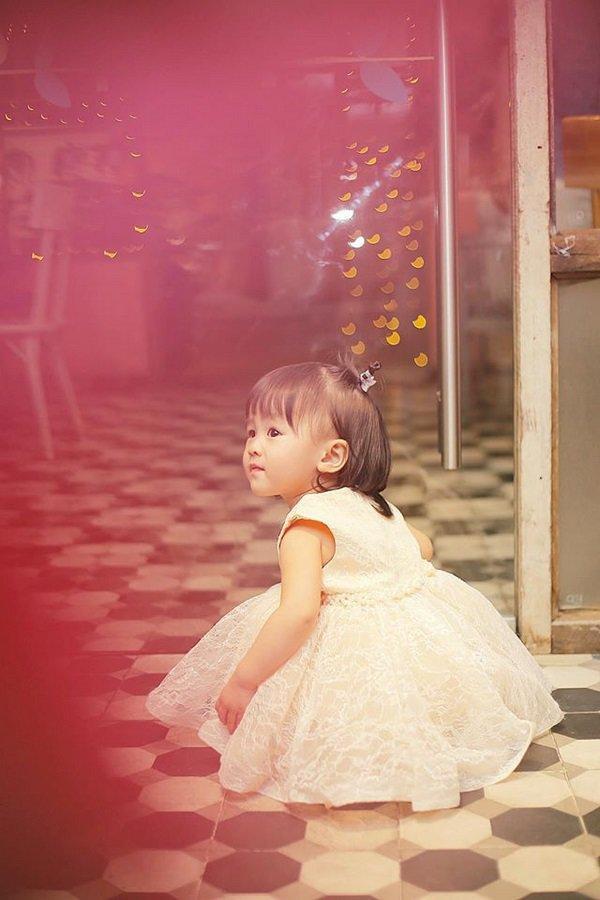 tu-vi-7 Mẹ suốt ngày diện váy điệu, con gái Tú Vi lúc nào cũng như công chúa