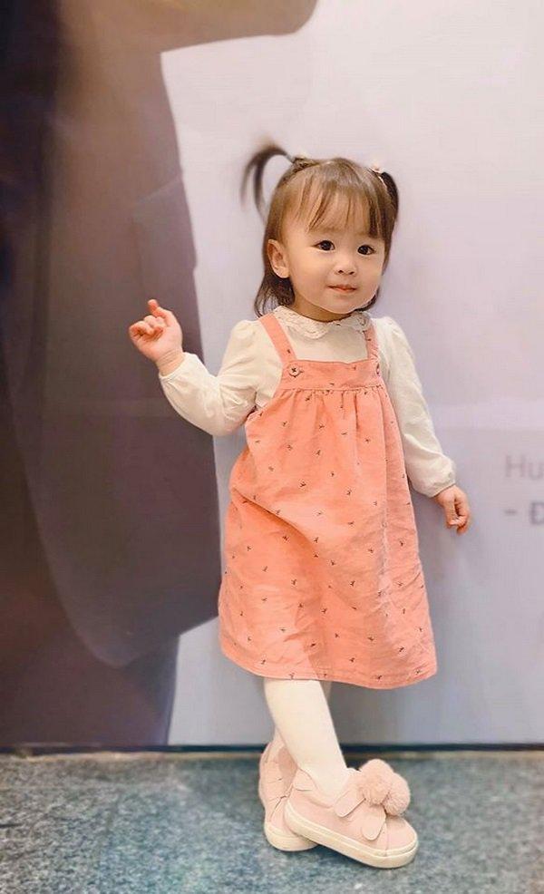 tu-vi-8 Mẹ suốt ngày diện váy điệu, con gái Tú Vi lúc nào cũng như công chúa