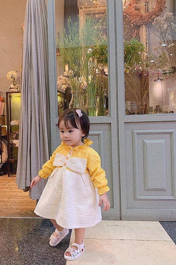 tu-vi-11 Mẹ suốt ngày diện váy điệu, con gái Tú Vi lúc nào cũng như công chúa