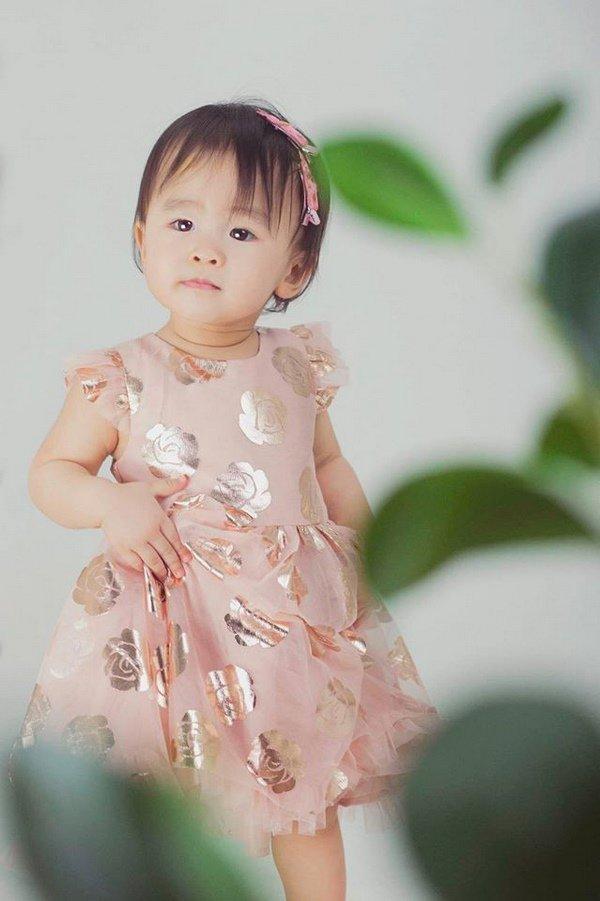 Mẹ suốt ngày diện váy điệu thế này, bảo sao con gái Tú Vi lúc nào cũng như công chúa-12