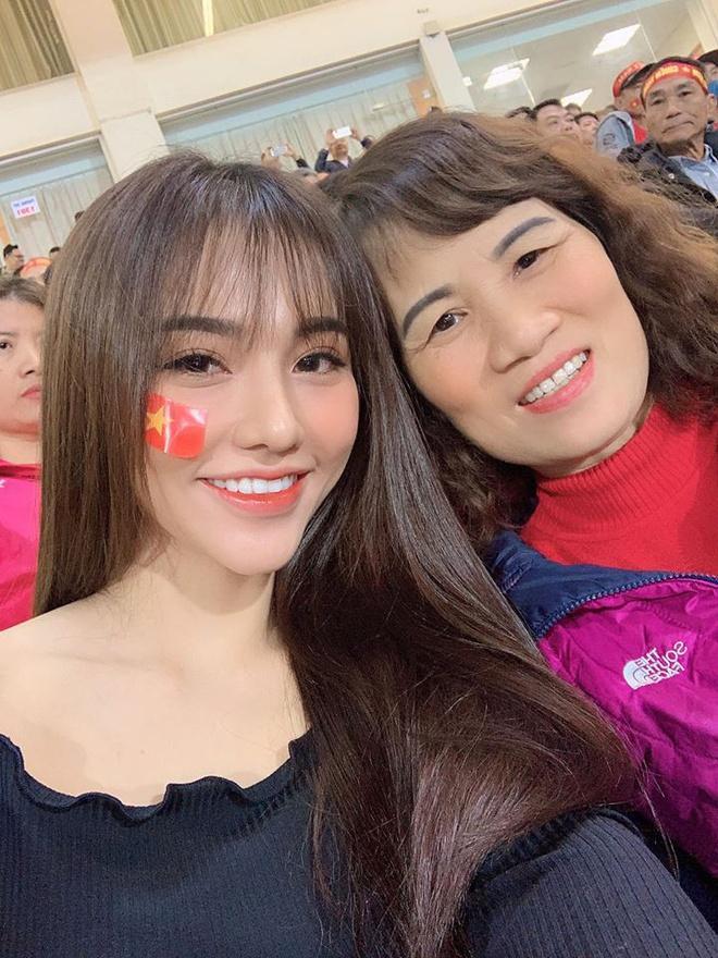 Bạn gái Hoàng Đức mang bánh tráng sang Philippines cổ vũ U22 Việt Nam-2