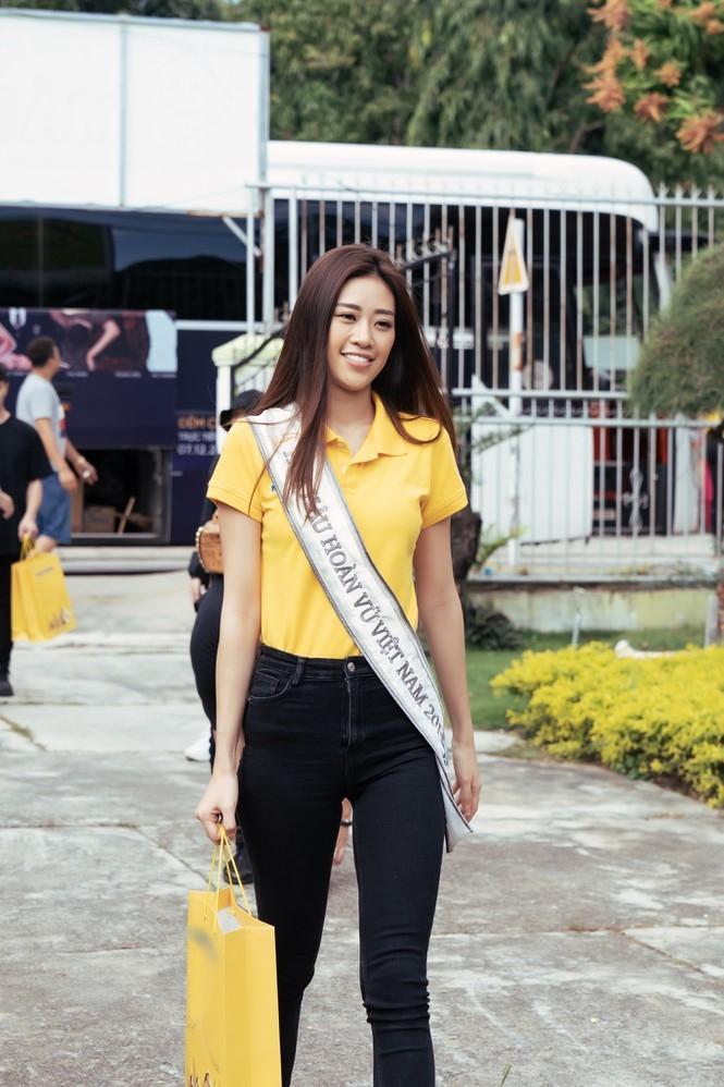 Hoa hậu Hoàn vũ Việt Nam Khánh Vân đeo sash của mình cho em nhỏ bị khuyết tật và dạy catwalk-1