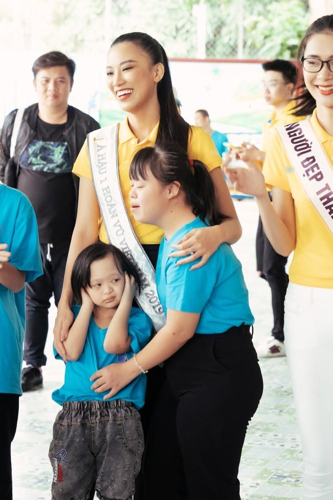 Hoa hậu Hoàn vũ Việt Nam Khánh Vân đeo sash của mình cho em nhỏ bị khuyết tật và dạy catwalk-2
