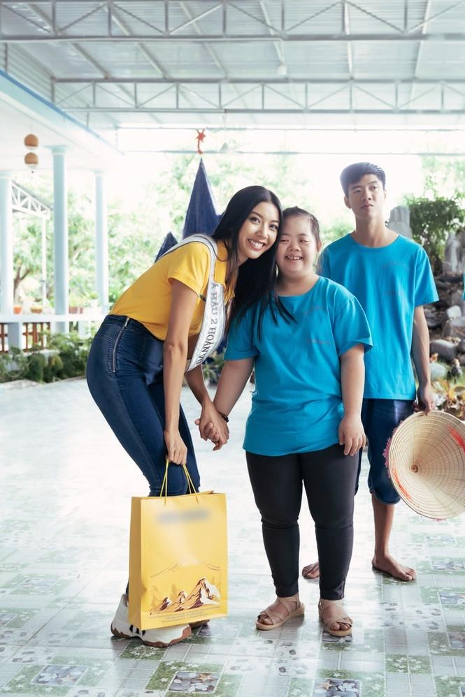 Hoa hậu Hoàn vũ Việt Nam Khánh Vân đeo sash của mình cho em nhỏ bị khuyết tật và dạy catwalk-3
