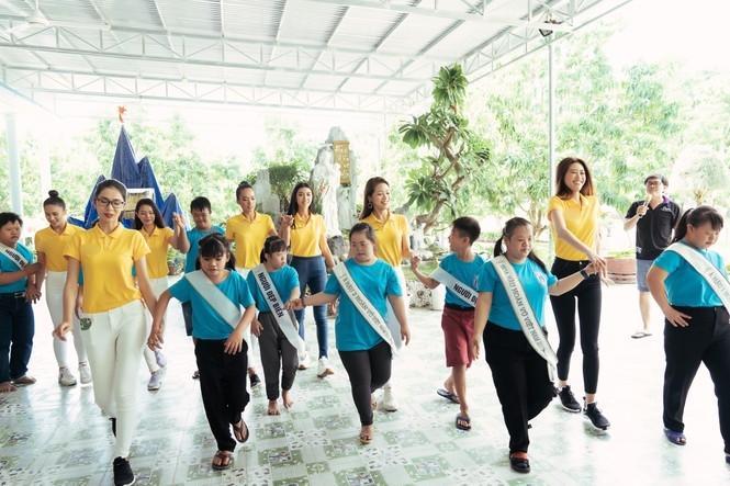 Hoa hậu Hoàn vũ Việt Nam Khánh Vân đeo sash của mình cho em nhỏ bị khuyết tật và dạy catwalk-4
