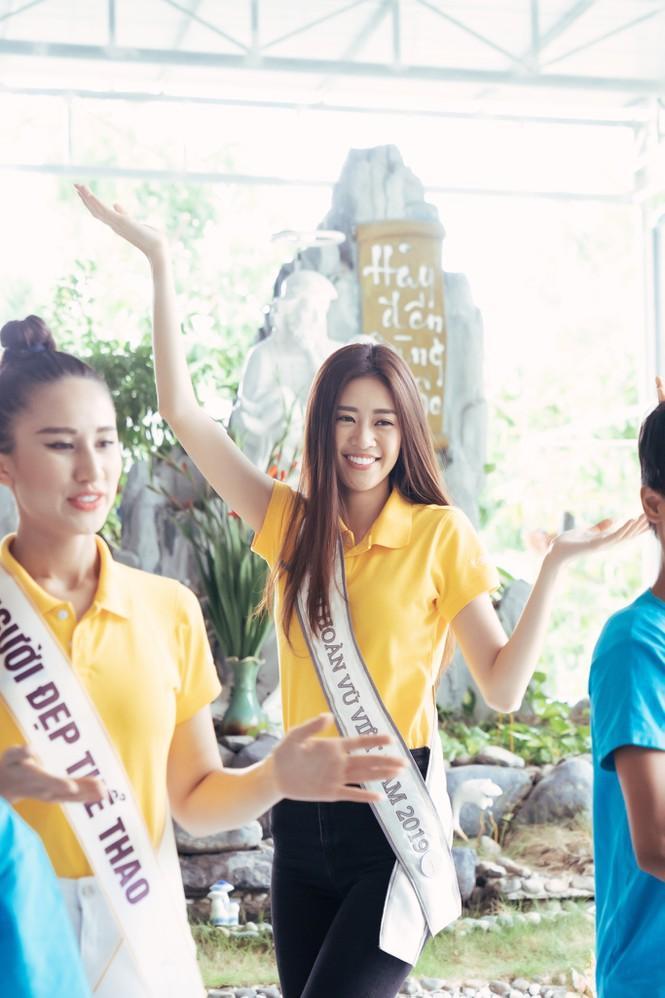 Hoa hậu Hoàn vũ Việt Nam Khánh Vân đeo sash của mình cho em nhỏ bị khuyết tật và dạy catwalk-5